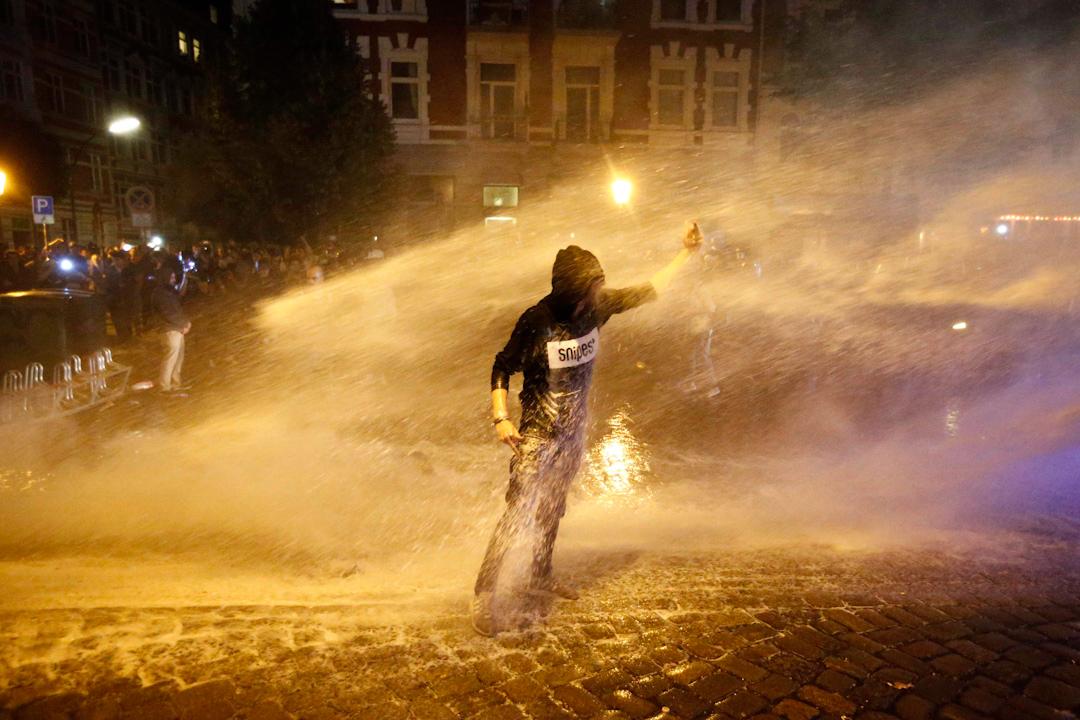 2017年7月6日,在德國漢堡,當地正在舉行二十國集團峰會。面對場外示威,警方以水炮驅趕示威者。