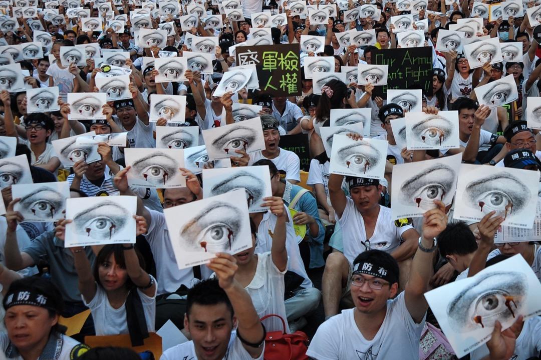 2013年8月3日,台北群眾響應號召參與在台灣總統府對出的凱達格蘭大道舉行的「萬人送仲丘」集會,要求政府就軍人洪仲丘在禁閉室悔過期間死亡案交代真相,並要全面檢討軍事審判制度及軍中的人權議題,包括在非戰爭時期,將軍法審判全面回歸一般司法機關處理。