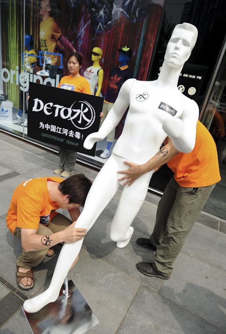 綠色和平成員於2011年7月13日在北京一個購物區進行示威。抗議Adidas and Nike等主要服裝品牌供應商, 製作期間工作排出危險化學品造成中國的部分河流含有毒物質。