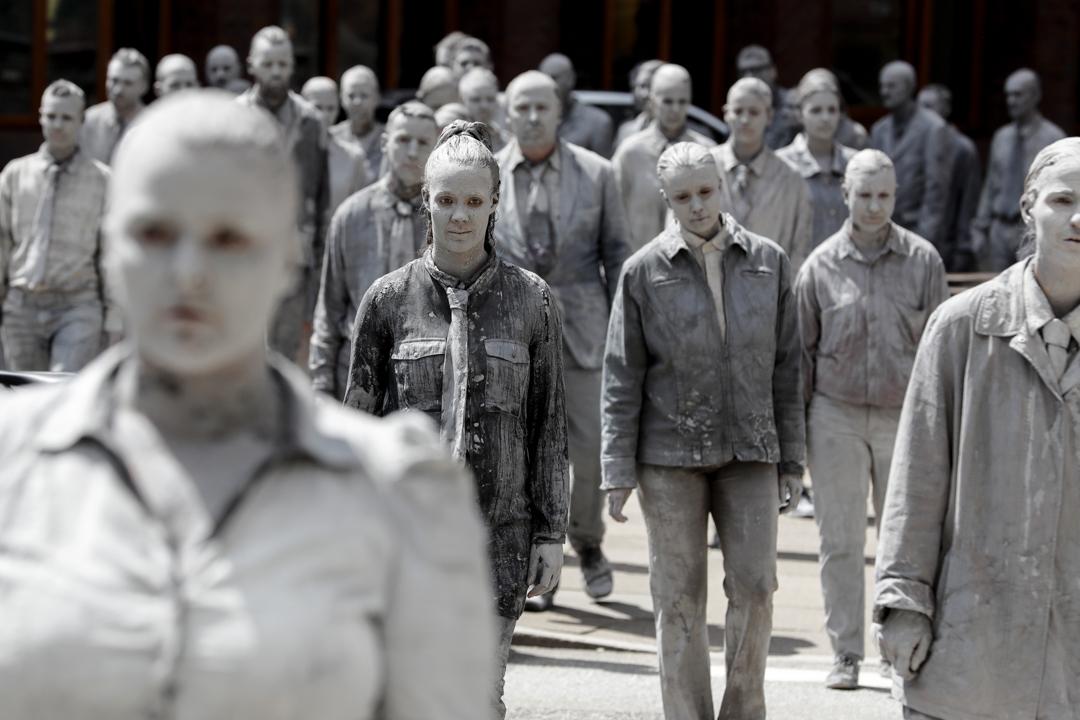 2017年7月5日,二十國集團峰會即將在德國漢堡舉行,場外人士發起一場名為「1000 Figures」的示威行動。逾百名參與者把身體塗上粘土,肅靜地緩緩走過城市街頭,作出無聲的抗議。 攝:Matthias Schrader/AP