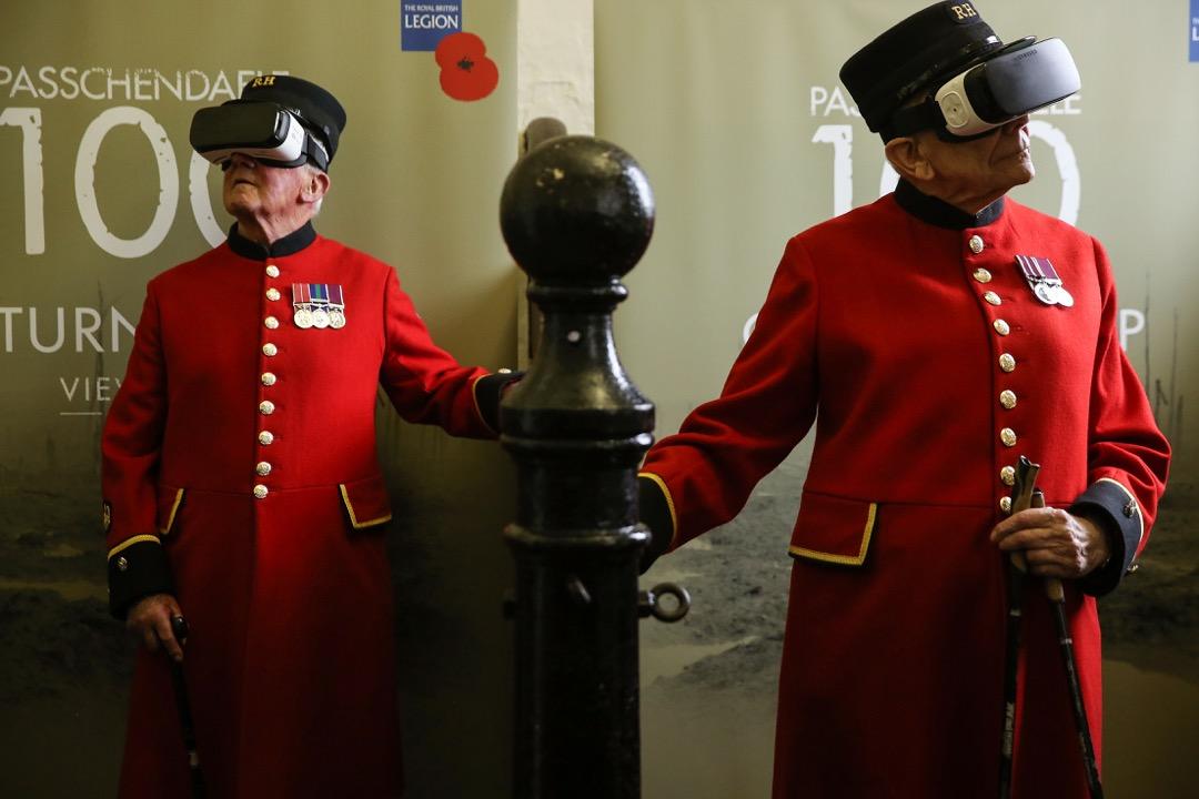 2017年7月25日,在英國倫敦的皇家騎兵博物館,83歲的 Bill Hunt (左) 和87歲的 John Kidman (右) 帶上虛擬實境眼鏡,體驗一戰中的巴雪戴爾戰役。