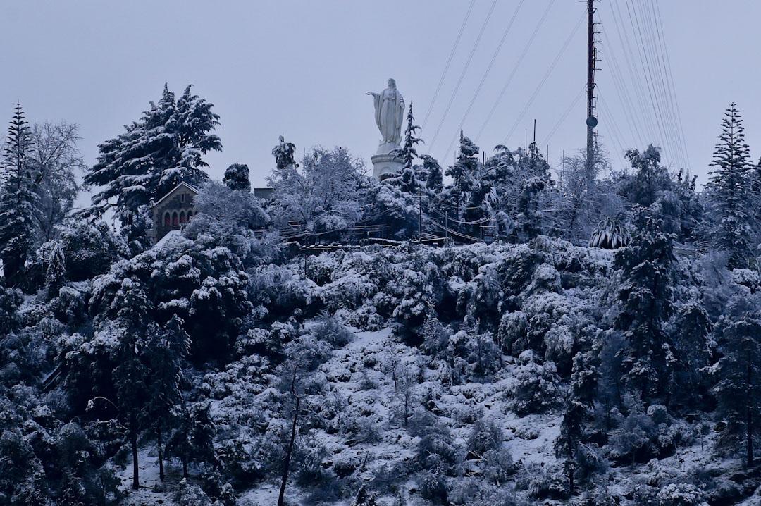 2017年7月15日,智利首都聖地牙哥的氣溫異常地急跌,七月飛霜,在聖克里斯托瓦爾的一個鋪滿雪地山丘上站立了一座同樣被雪覆蓋的聖母瑪利亞像。