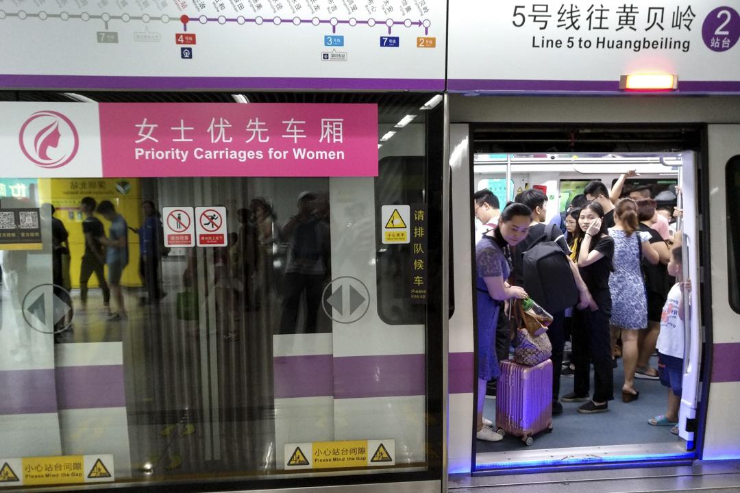 2017年6月25日,廣東深圳地鐵多條線路設立了女士優先車廂試點,倡導為女士禮讓專用車廂。 攝:鄒碧雄/Imagine China