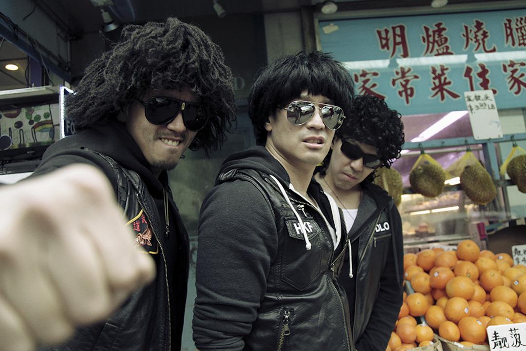 2002年,這三名離經叛道的中餐館店員一不做二不休,組成了樂隊 Notorious MSG,糅合唐人街的暗語、帶有濃重口音的英文唱腔、美式街頭暴力美學與嘻哈、放克(funk)元素,發出最接地氣的紐約唐人街饒舌之聲。三位成員(左至右) Hunan Bomb、Hong Kong Fever 和 Down-Lo Mein 。 攝:Melissa McIntyre