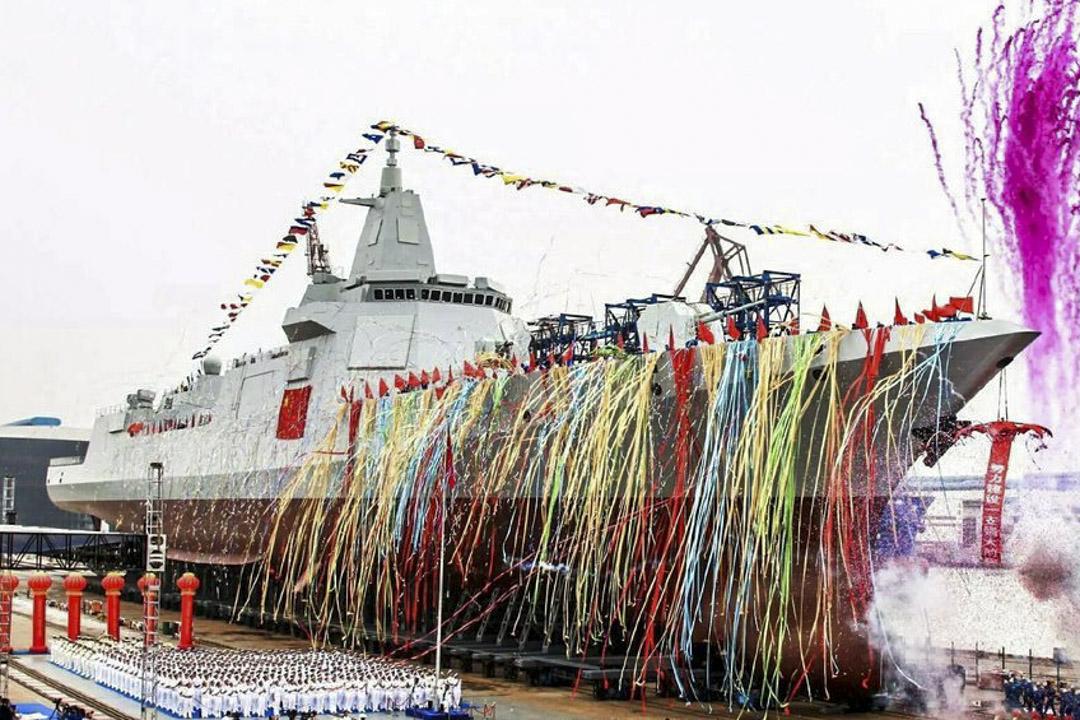 055型飛彈驅逐艦是中國人民解放軍海軍第四代飛彈驅逐艦,採用全燃動力、射頻綜合集成及通用垂直發射系統。[2]由中國船舶重工集團701研究所設計、江南造船廠與大連造船廠共同承建。 該艦擁有較高的續航力、自持力及適航性,可在除極區外無限航區遂行作戰任務,被認為是中國人民解放軍海軍實現戰略轉型發展的標誌性戰艦。