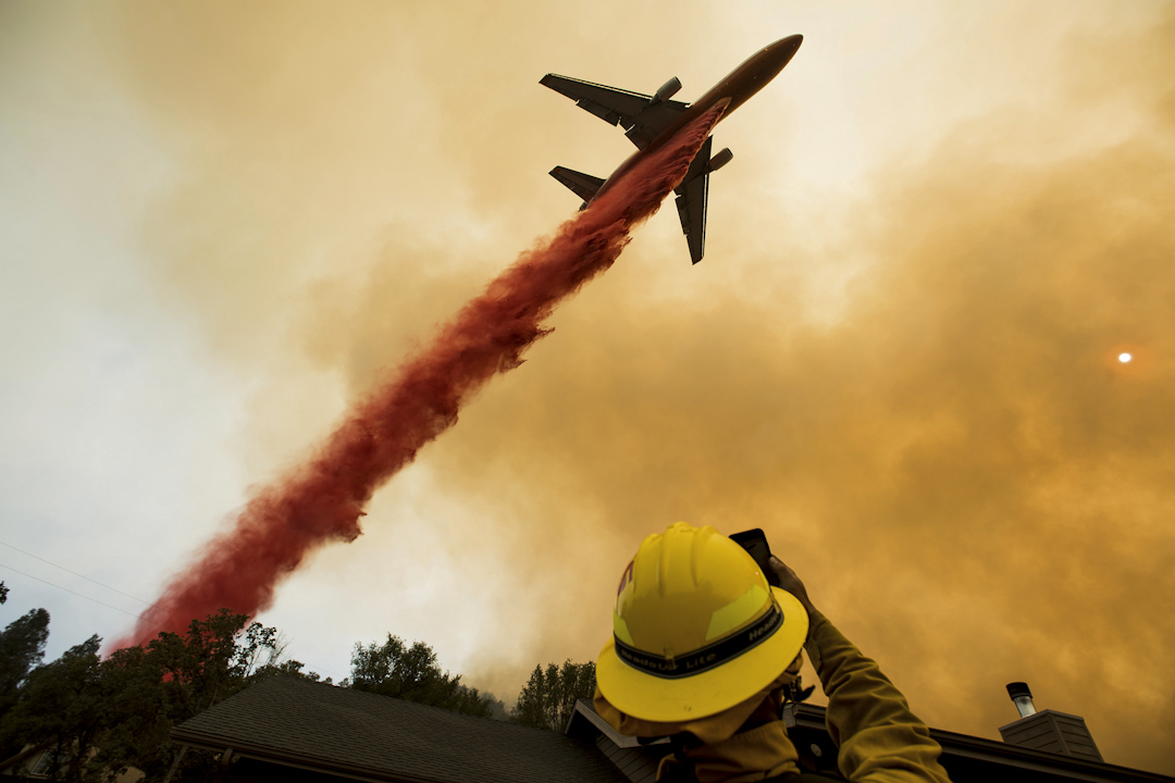 2017年7月19日,美國加州馬里波薩發生森林大火,一架空中加油機在噴灑阻燃劑,協助救災。