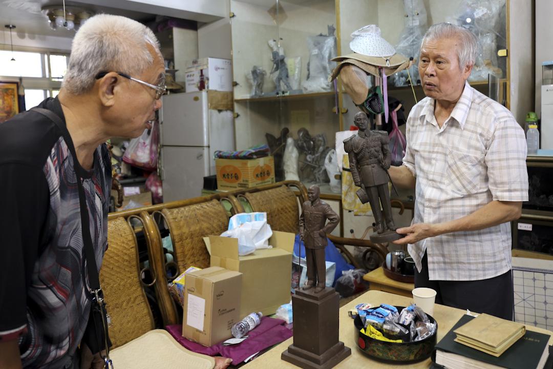 鑄造師傅陳文雄(左)和藝術家林木川(右)。