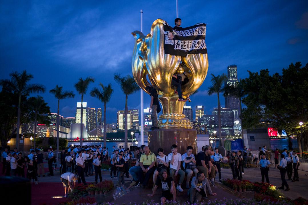 2017年6月28日,習近平訪港前夕,香港眾志、社民連、人民力量等多個政黨或團體的成員搶佔灣仔金紫荊廣場,警方入夜後將示威者逐一押走,清場行動歷時近3小時。警方共拘捕26人,指他們涉嫌犯下「公眾妨擾罪」。
