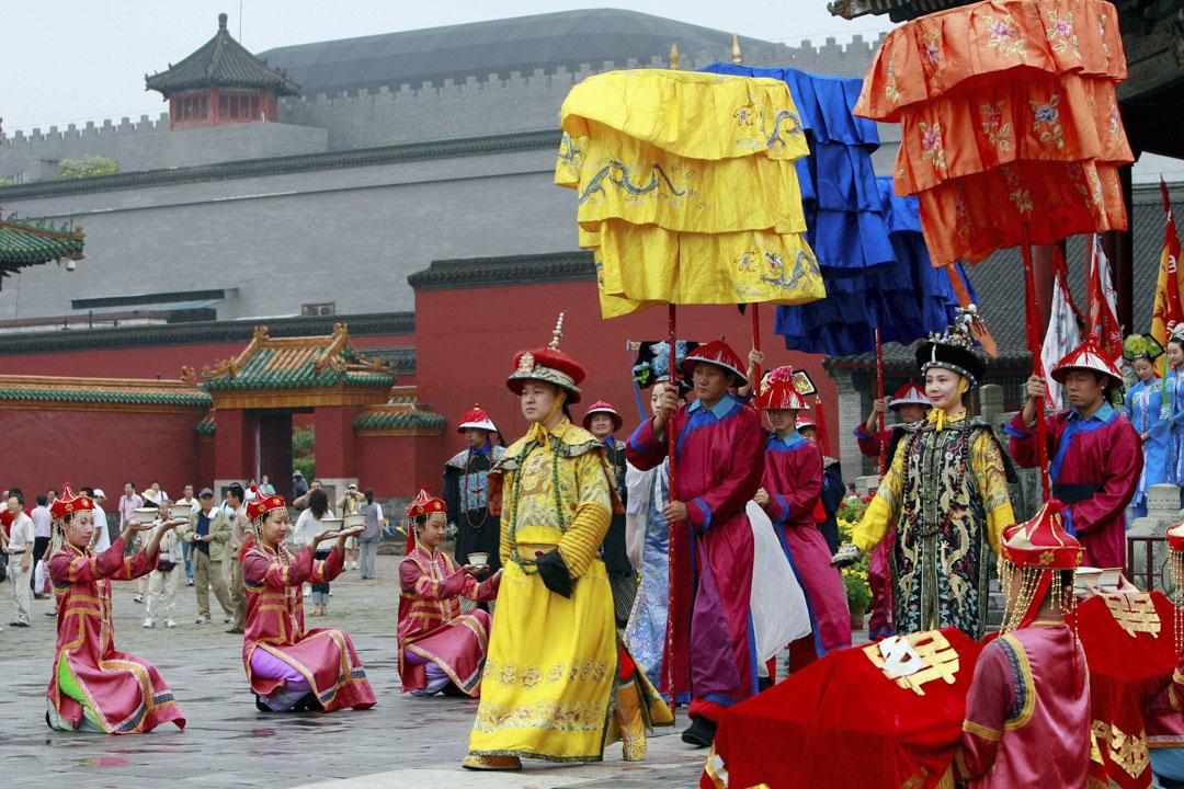 中國遼寧省東北部瀋陽市,一位演員穿著清代服裝表演。 攝:Ten Eng Koon/AFP/Getty Images