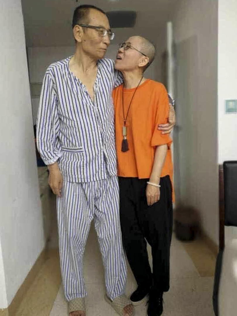 劉曉波朋友野渡在網絡發布,相片中劉曉波被劉霞攙扶態,身形消瘦的劉曉波與妻子側身相擁。