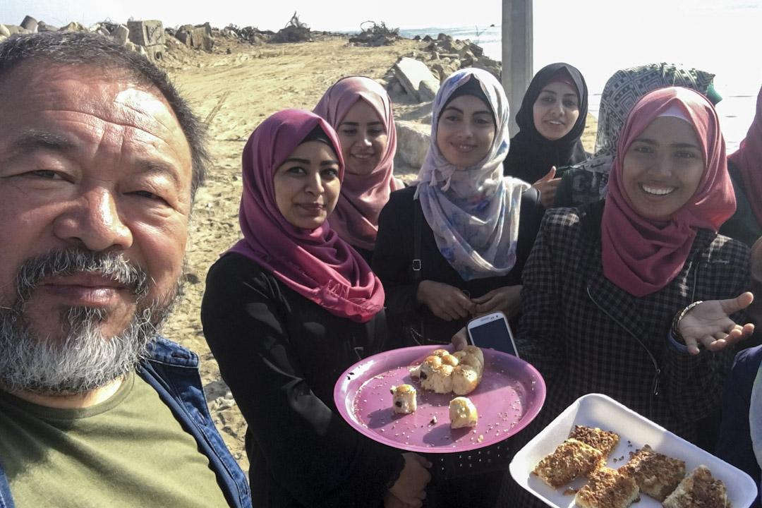 艾未未和在以色列加沙的大學生們合照。