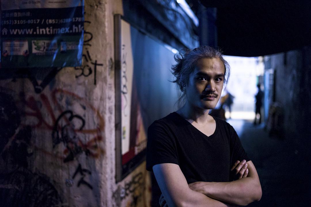 Eric 是吉他手,主力做即興音樂。之前曾在美國長住,往來香港與美國之間。2010年幫朋友的樂隊當現場吉他手,2012年跟 Sascia Pellegrini 組成了 Meta Fog,同時亦開始以個人身分在實驗音樂會中演出。 攝:葉家豪/端傳媒