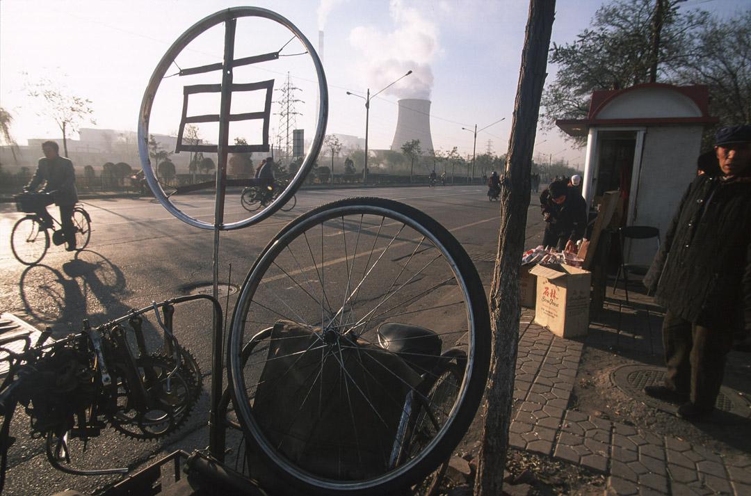 遼寧省東北部瀋陽市工廠區前,一位中國男士在踏單車。