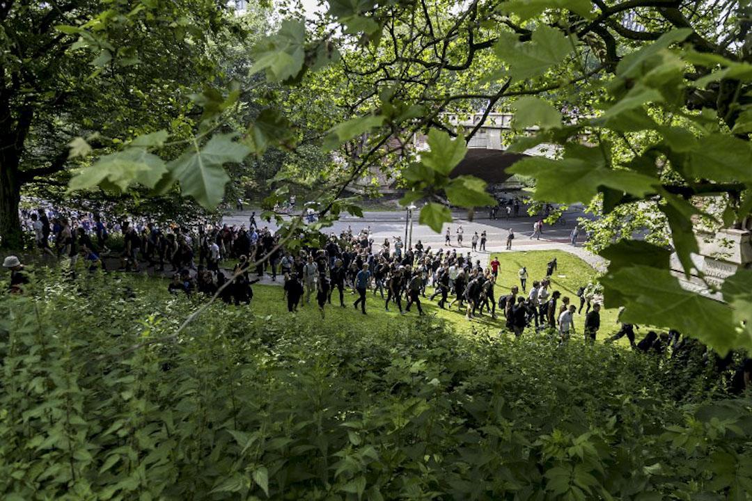 2017年7月7日,在德國漢堡,二十國集團峰會舉行期間,示威者穿過一個公園,嘗試進入大會會場的警戒區域,並阻撓與會者進入會議場地。