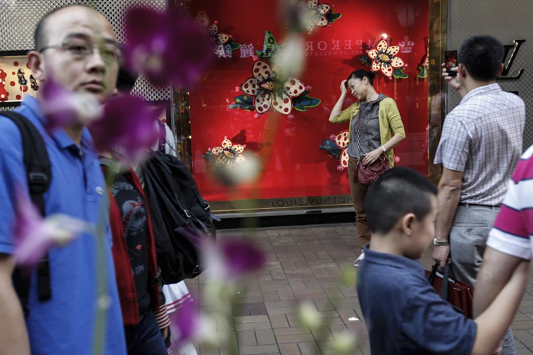 香港和大陸人的隔閡,一方面見諸電影、 歌曲與社交媒體所誇張散播的標籤, 比方回歸前的「阿燦」或回歸後出現的「蝗蟲」;另一方面,有關大陸新移民生活體驗的研究則展現另類認識:根據2013年特區政府委託的調查,成年的大陸移民約四分之一感到被歧視。圖為尖沙咀廣東道名店前的內地遊客。