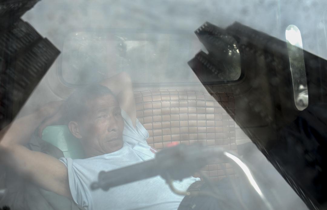 致瑞雅苑小區門口,一位三輪車司機在等待生意。在那篇具有爭議的帖子里,致瑞雅苑被描述為低端樓盤。