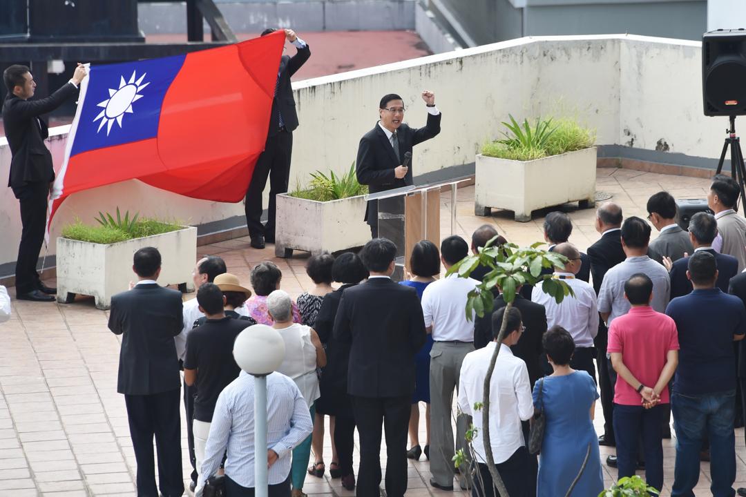 2017年6月14日,駐巴拿馬中華民國大使館舉行降旗典禮。 攝:Rodrigo Arangua/AFP/Getty Images
