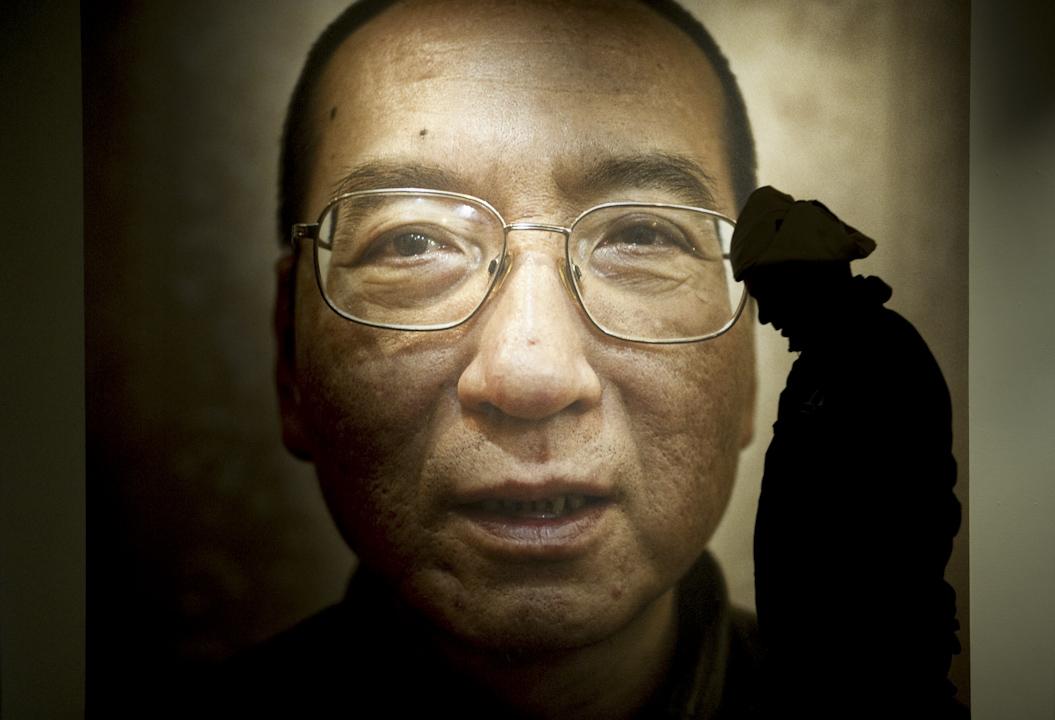 2010年12月10日,挪威諾貝爾委員會舉行隆重儀式,把諾貝爾和平獎頒發給中國異議人士劉曉波,頒獎會場內掛上了劉曉波的巨型照片。 攝:Odd Andersen /AFP/Getty Images