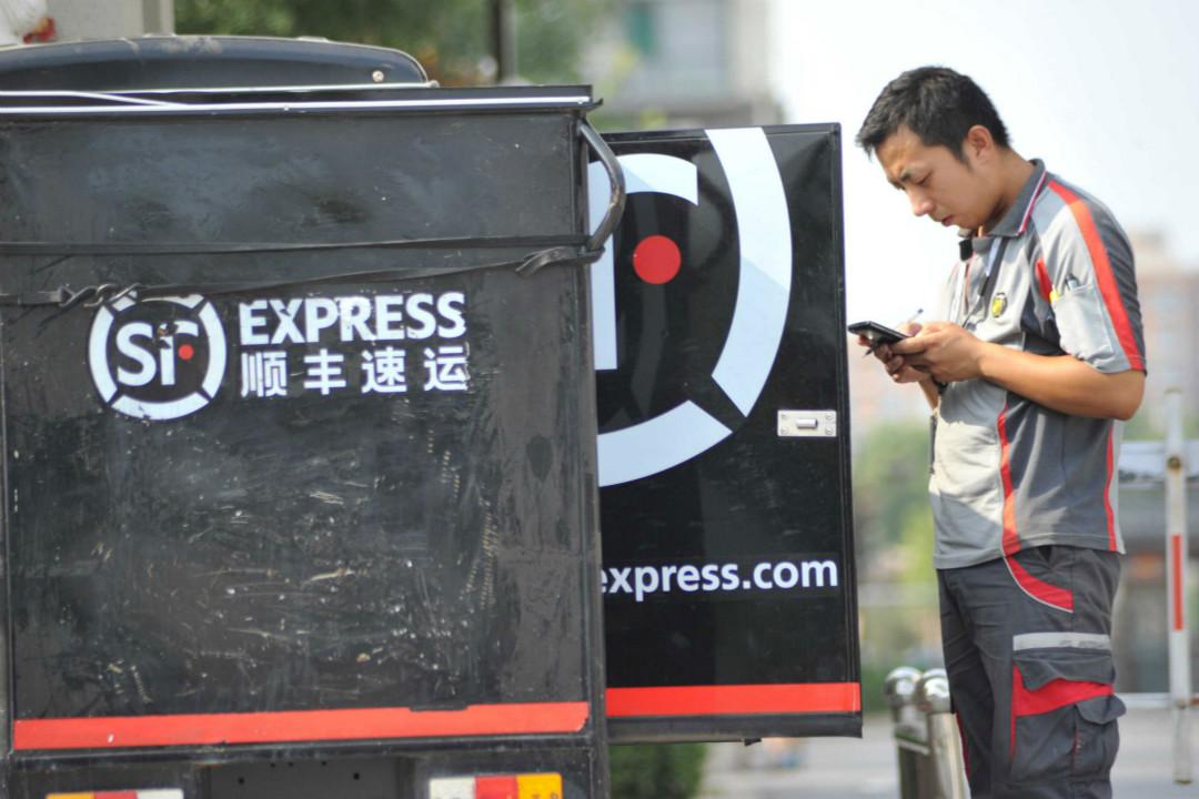 2017年7月22日,山西運城市順豐速運公司快遞員正在送件。 攝:Imagine China
