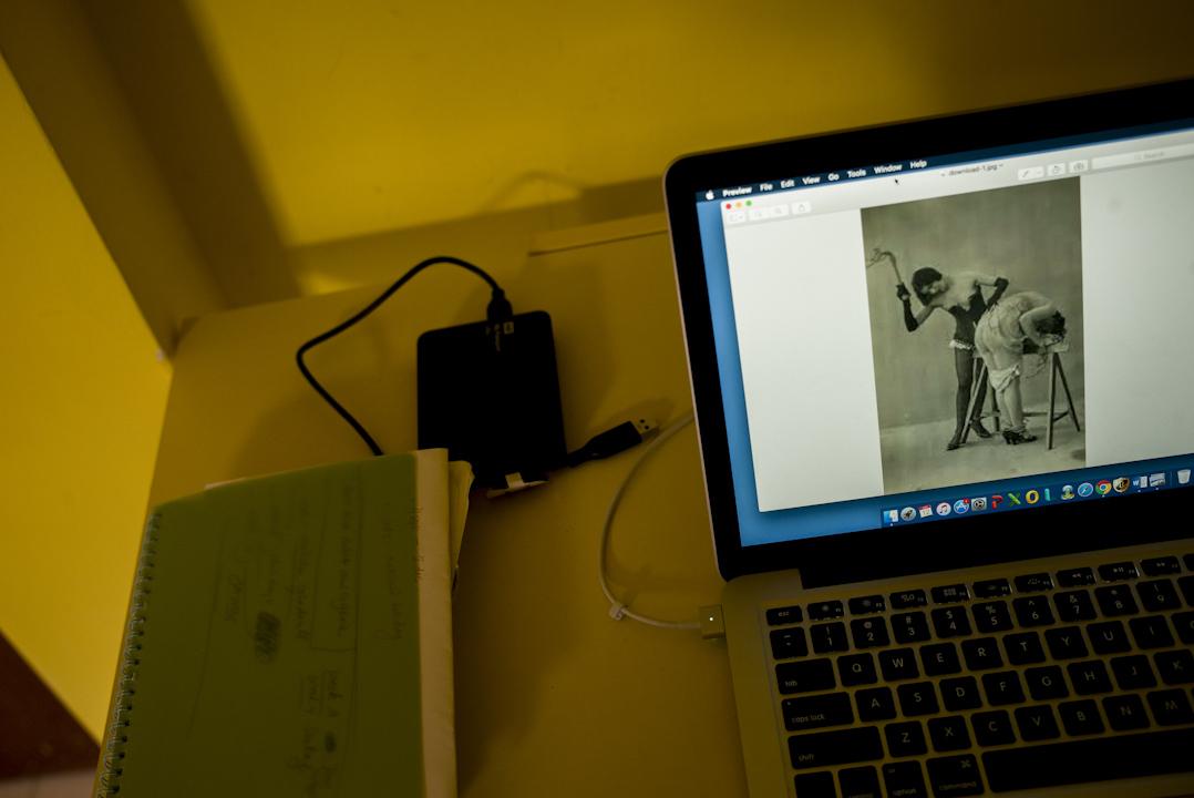 余幼薇機緣巧合下,她讀到名為《Jeux de Dames Cruelles》(草譯:女士們的殘酷遊戲)的攝影集。幾百幅以銀版攝影法拍攝的照片,展示從19世紀中至20世紀中期期間,女性如何以歡愉的態度彼此取悅,享受輕微的性虐戀。