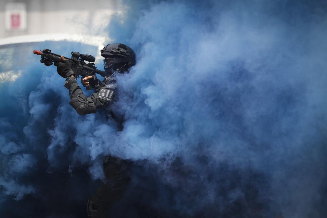 2017年7月20日,在馬來西亞吉隆坡,一名皇家警察特種部隊成員在參與拯救人質的恐襲演練,準備應付即將開幕的東南亞運動會的反恐工作。