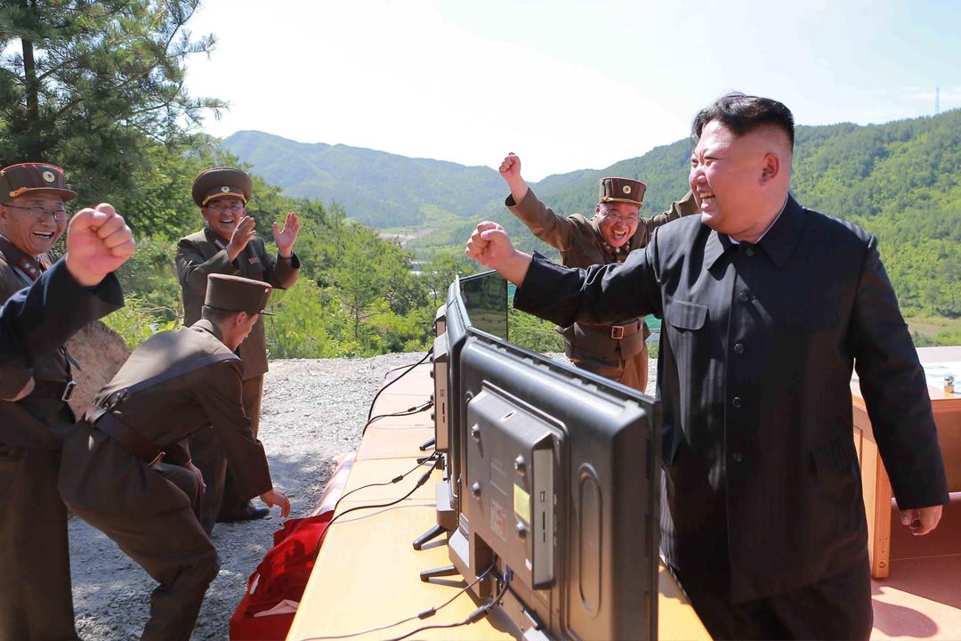 週二成功試射洲際導彈後,北韓領導人金正恩與在場軍官互相振臂握拳道賀。 攝:KCNA via Reuters