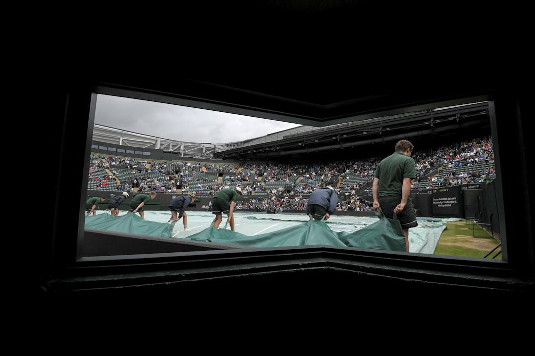 2017年7月11日,在英國倫敦,溫布頓網球公開賽已經開打。場地工作人員正在拉起先前用以遮蓋草地的帆布。