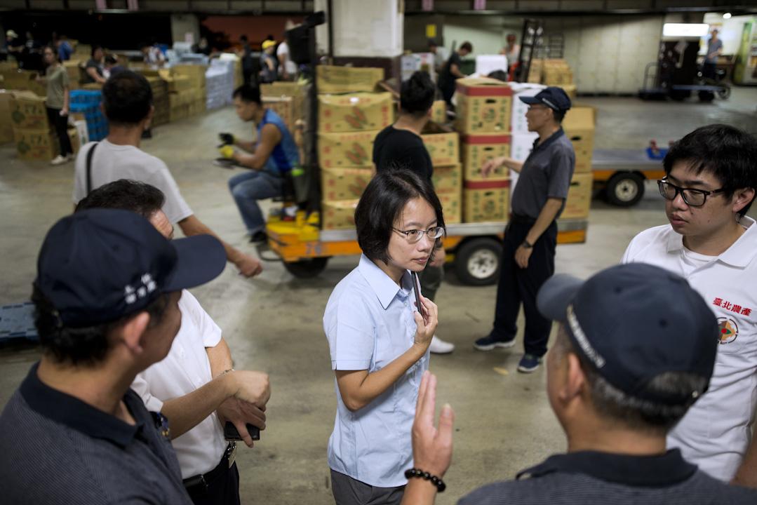 北農總經理吳音寧在蔬菜拍賣現場。