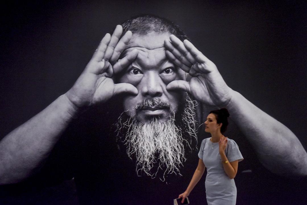 2017年6月26日,艾未未於美國華盛頓的Hirshhhorn Museum舉行展覽,一名外藉女士在艾未未的巨型照片前經過。 攝:Jahi Chikwendiu/The Washington Post via Getty Images