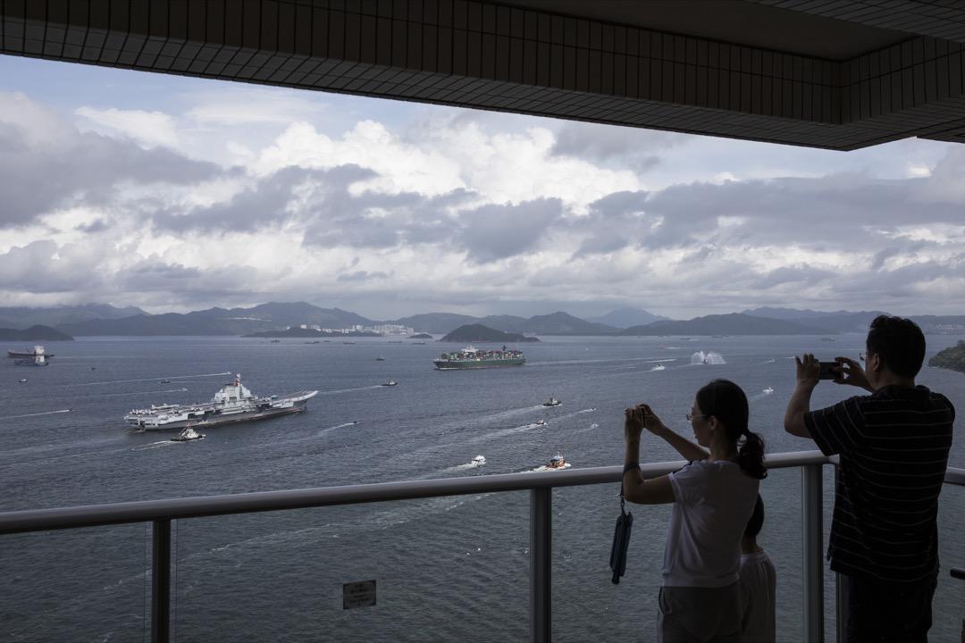 控制海洋,不只靠軍事力量,還需要軟實力。為確保海上航道安全、各種運輸船隊能順利到達目的地,要透過影響力建立合作聯盟關係更易達到「制海權」目標。圖為早前中國首艘航母「遼寧號」抵港訪問,當時吸引不少香港市民到海邊觀看。