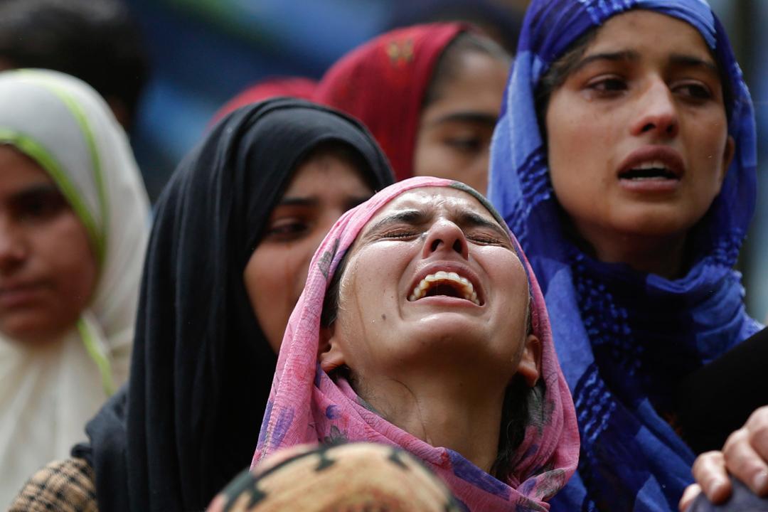 2017年7月4日,位處印巴邊界爭議地區,印控斯利那加以南49公里的Keller,當地反對派人士Jehinger Ahmad當日舉行葬禮,他的一名親屬在旁嚎啕大哭。政府軍和反對派早前在當地發生槍戰,3名反對派人士被殺,另外至少造成35人受傷。