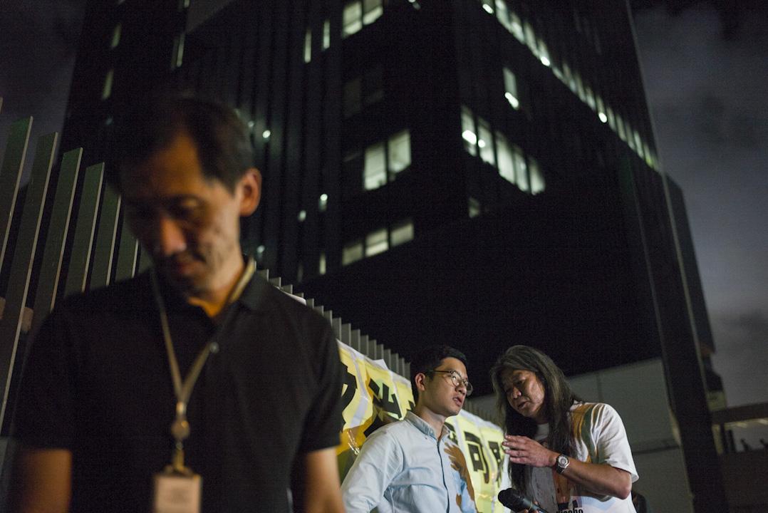 2017年7月14日,高等法院頒布裁決,裁定姚松炎、羅冠聰、梁國雄及劉小麗均喪失立法會議員資格,晚上民主派議員於公民廣場外集會聲援,抗議政府政治打壓。數百名市民到場參與。
