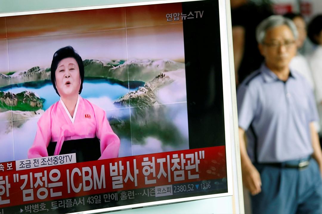 南韓新聞報導引用北韓官媒朝中社的片段,報導北韓政權4日下午宣稱首次成功試射洲際彈道導彈。 攝:Kim Hong-Ji/Reuters