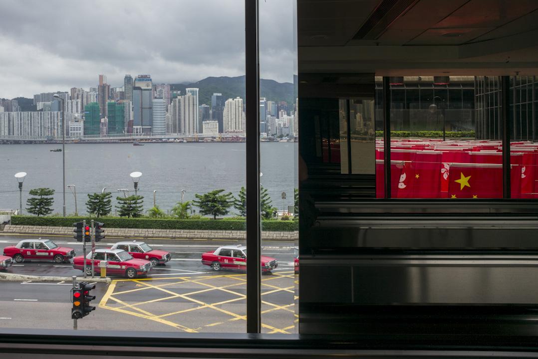 尖沙咀中心掛滿中國國旗及特區區旗,以慶祝香港回歸二十周年。 攝:林振東/端傳媒