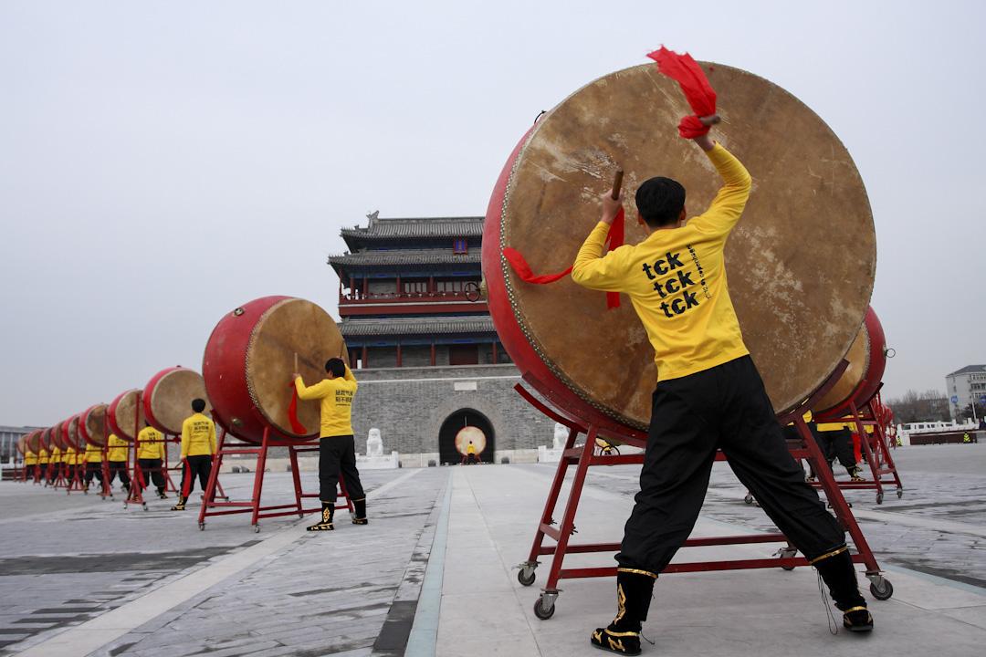 在中國從事環境倡議運動,由於言論與政治空間有限,有時候甚至會有人身安全的風險,用「誤植」來解釋此次的地圖事件,恐怕是為了兼顧北京辦公室的運作,而取得的最大妥協。圖為綠色和平曾於北京永定門城樓前,聯同北京21名鼓手和十幾名志願者,擂響巨鼓,用鼓聲聲援哥本哈根氣候會議。   攝:Imagine China