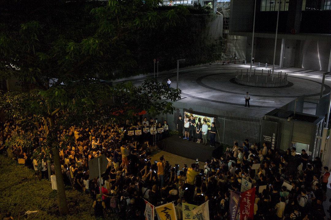 2017年7月14日,高等法院頒布裁決,裁定姚松炎、羅冠聰、梁國雄及劉小麗均喪失立法會議員資格,晚上民主派議員於公民廣場外集會聲援,抗議政府政治打壓。數百名市民到場參與。 攝:林振東/端傳媒