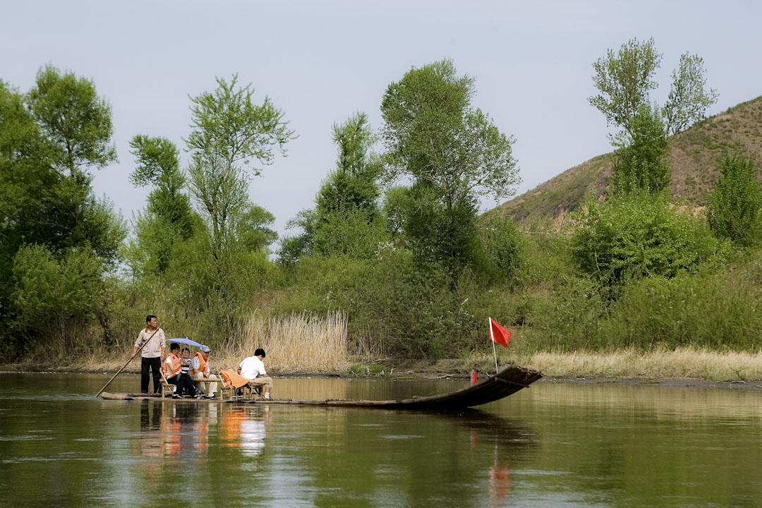 中國遊客在圖們江上的游覽船上觀光,那裡與能近距離接近北韓邊界。
