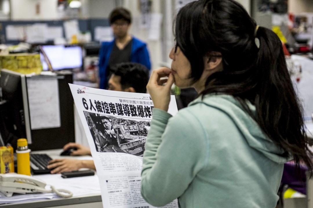《蘋果日報》推出「鼓勵同事創業方案」,宣稱在網絡和手機衝擊下,媒體內容和組織都必須改變,蘋果因此將重整組織,鼓勵員工離職創業,或者成為自由供稿者,再與蘋果合作,重組成新形態的新聞媒體。圖為記壹傳媒位於香港的辦公大樓,記者們在編輯室工作。