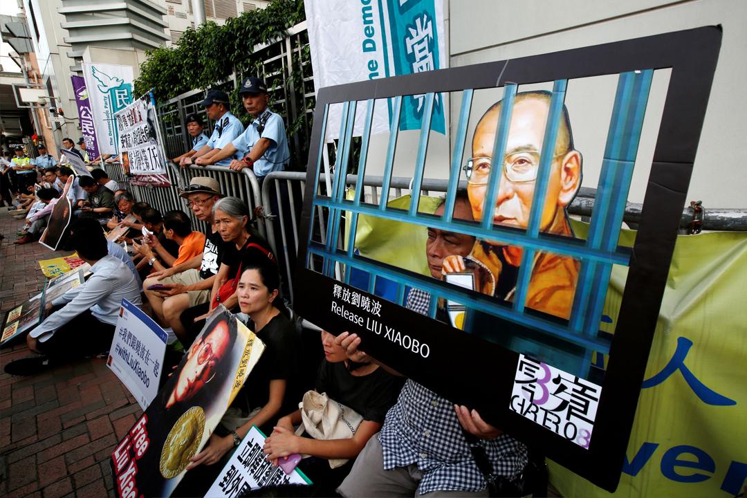 7月10日在香港,有示威者到中聯辦外靜坐抗議,要求中國政府釋放諾貝爾和平奬得主劉曉波。 攝:Bobby Yip/ Reuters