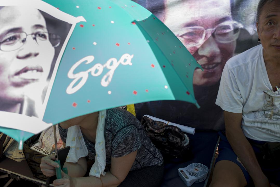 2017年7月12日,香港,示威者繼續在中聯辦外靜坐抗議,要求中國政府釋放諾貝爾和平奬得主劉曉波。 攝:林振東/端傳媒