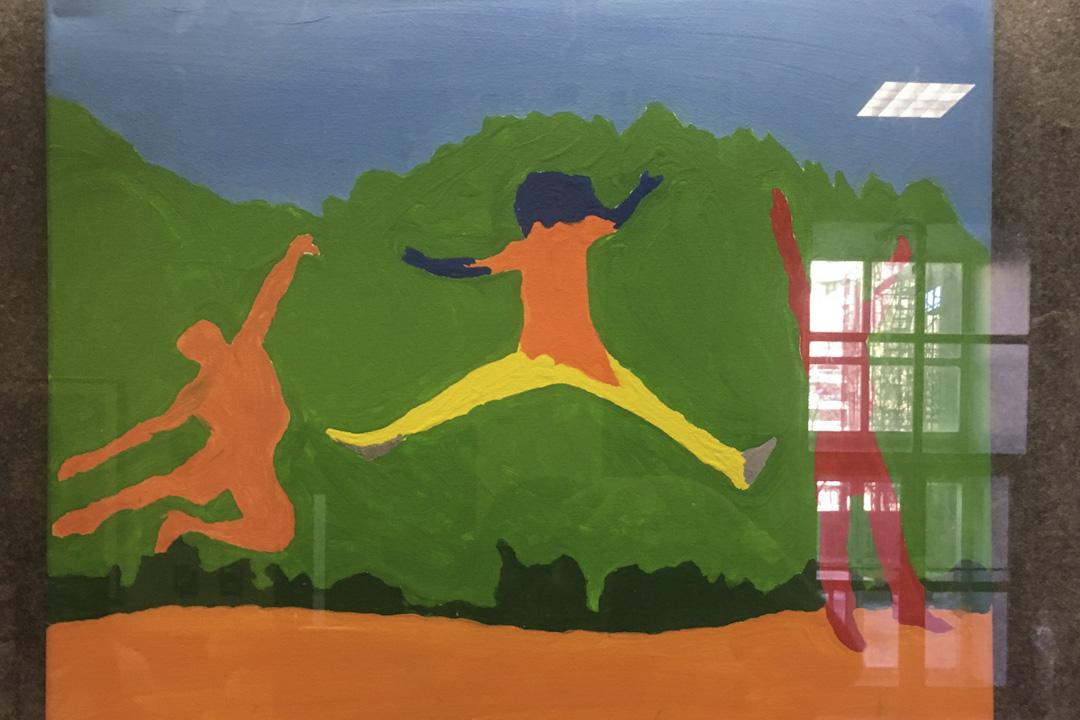 在中心大廳的牆上,掛上居民們於藝術課上所繪畫的作品。