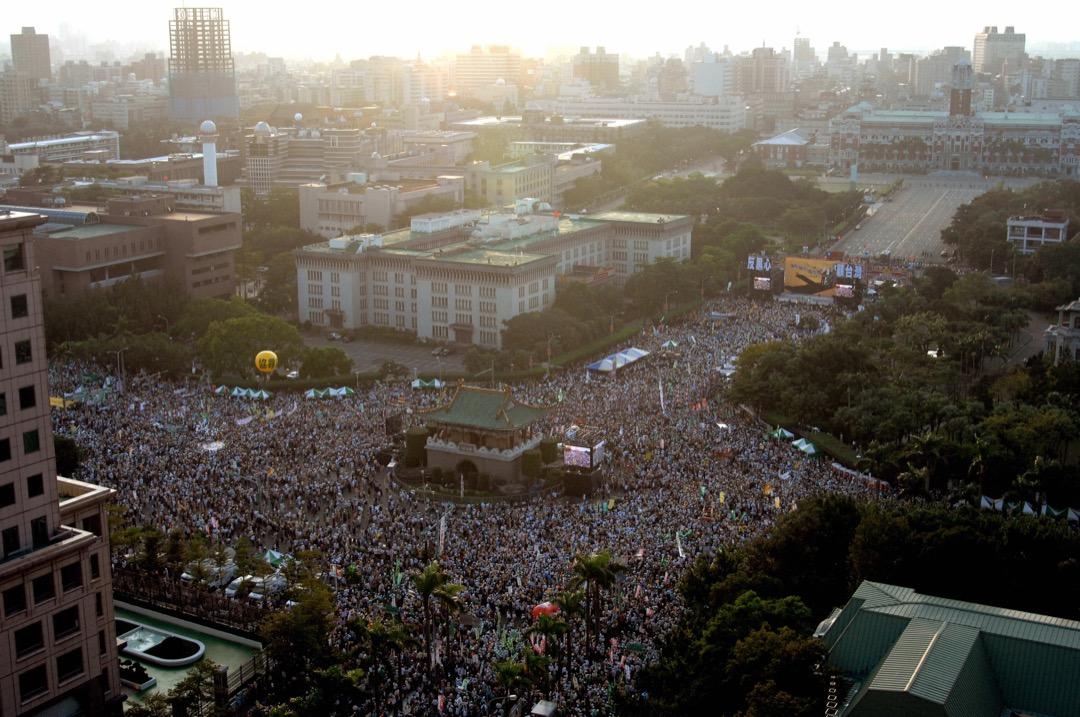 台灣民主運動最終能有所成,究竟是「群眾路線」之力,還是「議會路線」之功,未有定論。