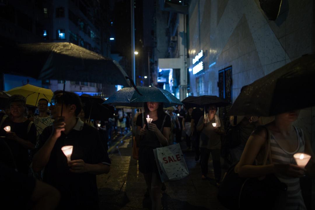 遊行期間不時下雨,有些參與者到將近午夜時份才抵達中聯辦。