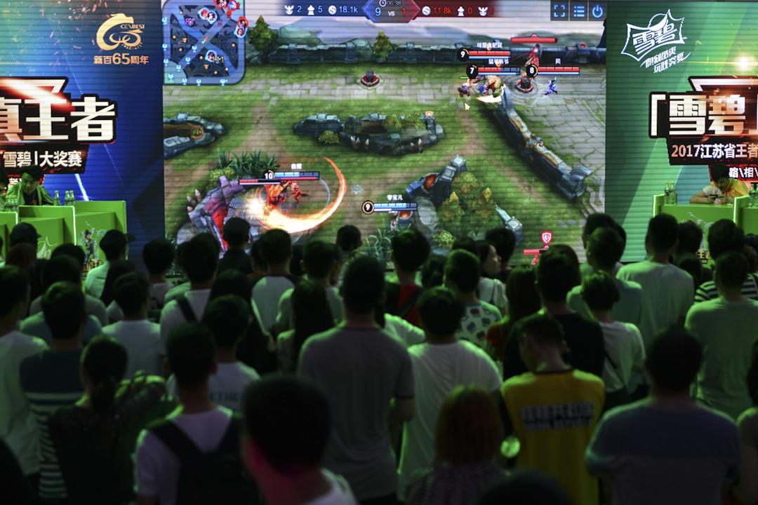 官媒在6月抨擊全球手遊產業榜首的《王者榮耀》。 7月初,《人民日報》更連續刊發兩篇評論文章,稱《王者榮耀》「陷害人生」,對手遊進行監管刻不容緩,騰訊以推出防沉迷系統回應。圖為2017年7月22日,江蘇南京,一場王者榮耀的全省總決賽在一個廣場上舉辦。