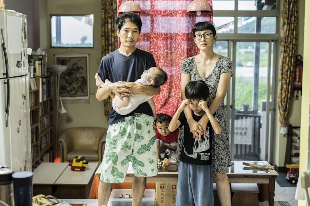 來自西藏的龍珠慈仁,與來自台灣的蔡詠晴,兩人在印度成婚後,於2010年後,開始了回到台灣後多年的合法定居抗爭路。 攝:劉紙鎮/端傳媒