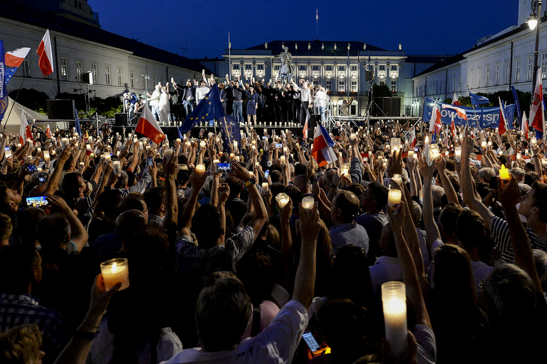 2017年7月20日,波蘭在野黨與群眾在最高法院和總統府外舉行燭光晚會,反對國會提出司法改革,並要求總統杜達不要簽署相關法案。最終總統杜達拒絕簽署法案,矢言會介入事件,提出新版本草案。