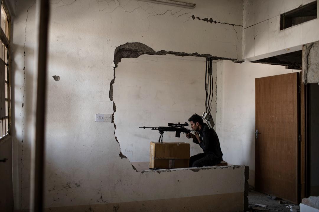 2017年7月5日,伊拉克部隊在與伊斯蘭國的對峙中,一名伊拉克特種部隊狙擊手正在視察敵方位置。目前,伊拉克部隊在摩蘇爾舊城區向前推進,取得節節勝利。