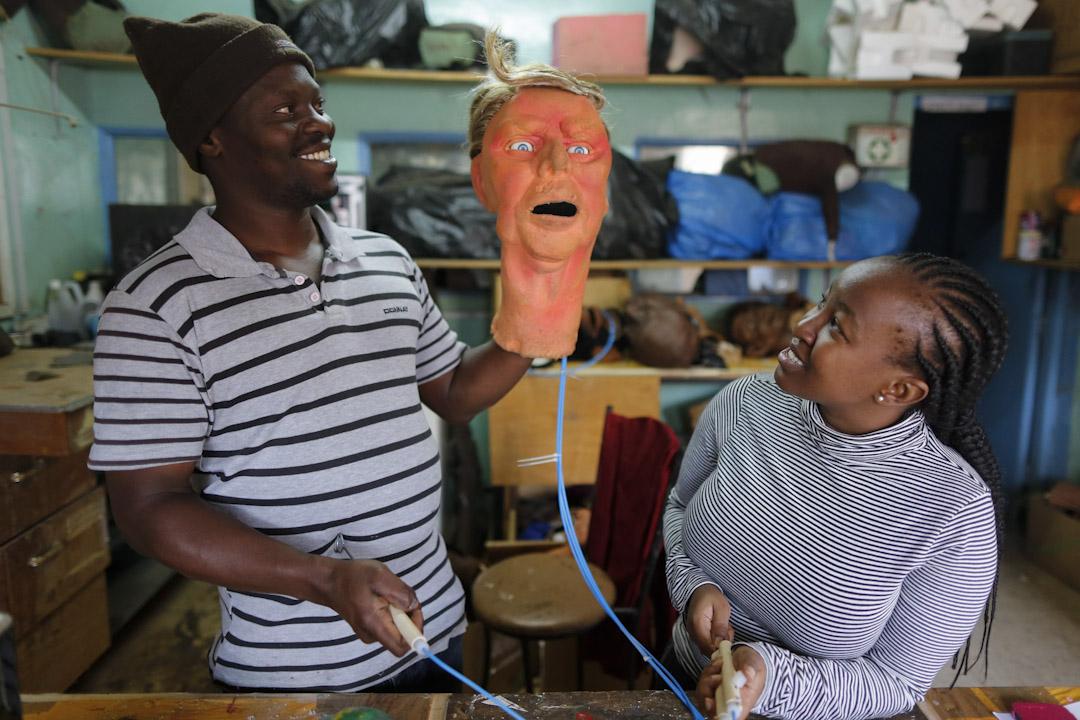 攝製棚內的木偶工作坊,已存放有大約150個形態不一的成品乳膠木偶,人物原型涵蓋幾乎所有非洲國家元首和個別國外政要,而工作坊內的最新收藏是美國現任總統特朗普。