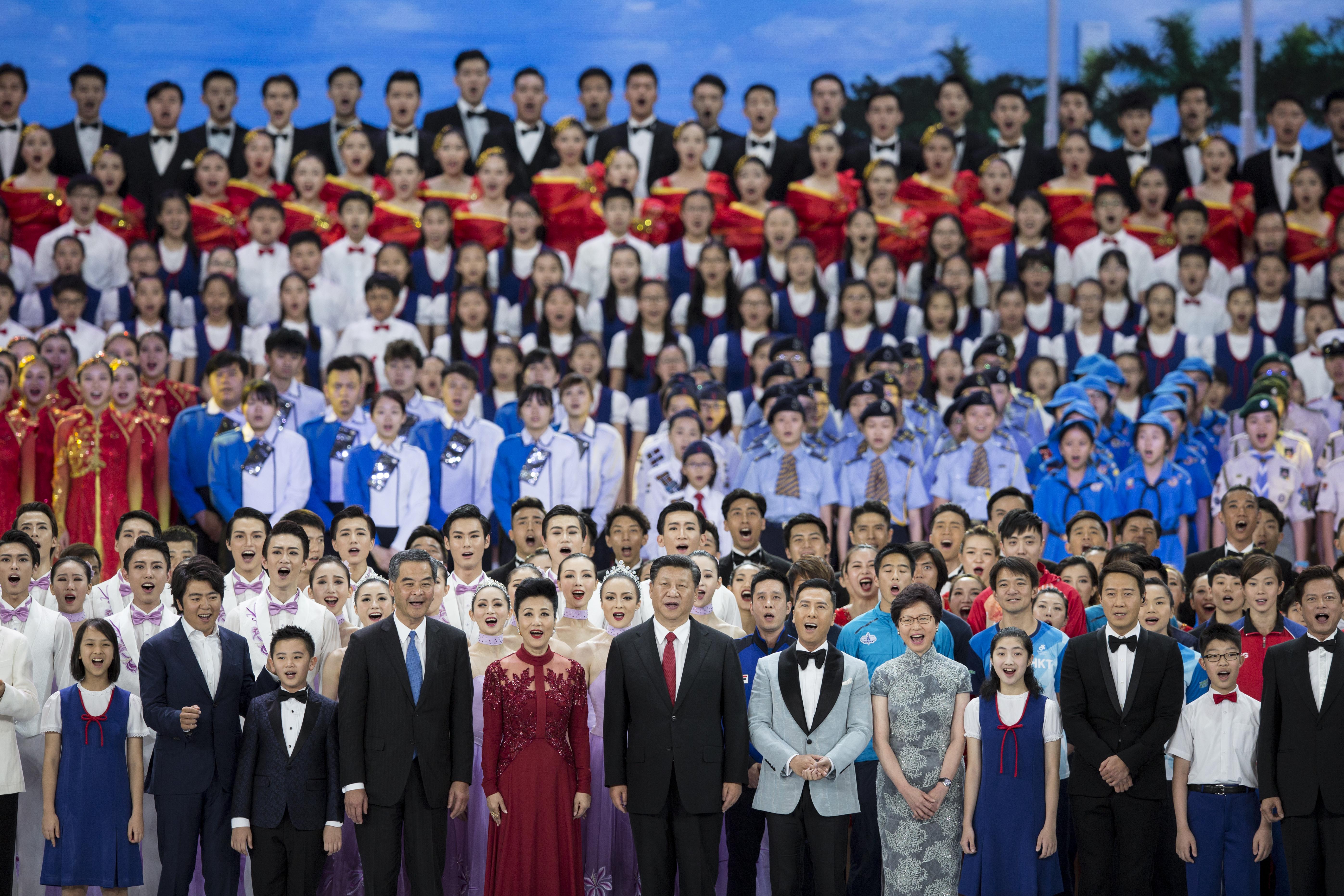 2017年6月30日,國家主席習近平連同夫人彭麗媛出席於灣仔會議展覽中心舉行的香港回歸20周年文藝晚會。習近平於晚會尾聲應邀上台,與表演嘉賓一同高唱《歌唱祖國》。