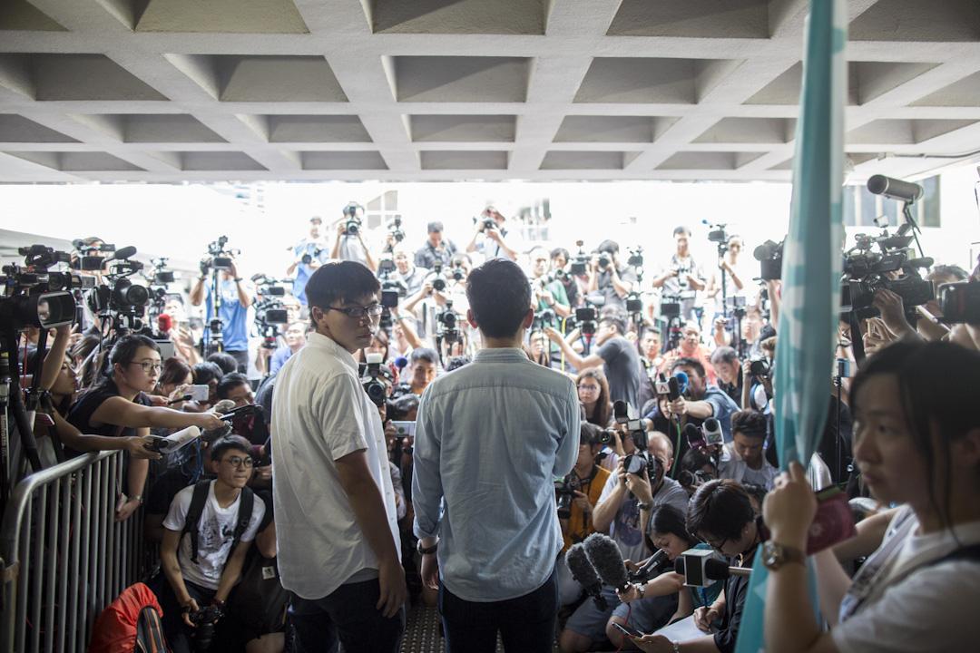 2017年8月17日,上訴庭宣判「公民廣場」案被告黃之鋒改判入獄半年,羅冠聰入獄8月,周永康入獄7月。圖為黃之鋒及羅冠聰進入法院前見記者。